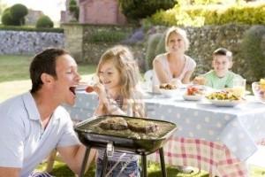 4507109-b-n-ficiant-d-39-un-barbecue-en-famille